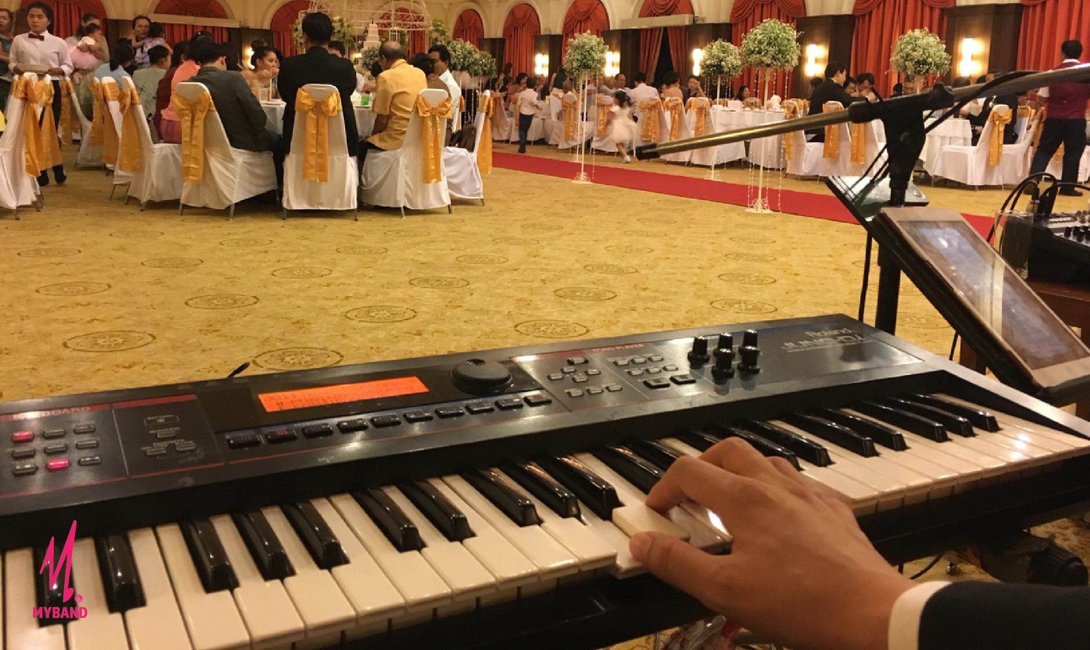 คลอเสียงเพลงไปกับวงดนตรีงานแต่ง 'MC Kosin' @สมาคมธรรมศาสตร์