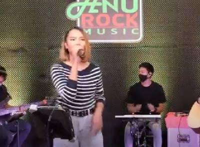 [Liveversion] ฟังเพลงอยู่บ้าน - เอิ้นขวัญ วรัญญา
